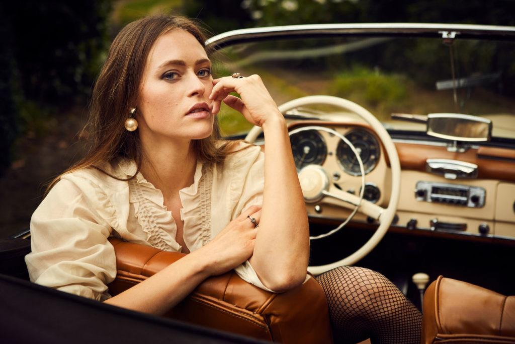 Mercedes Burmester Oldtimer Kampagne Schloss Portrait Model