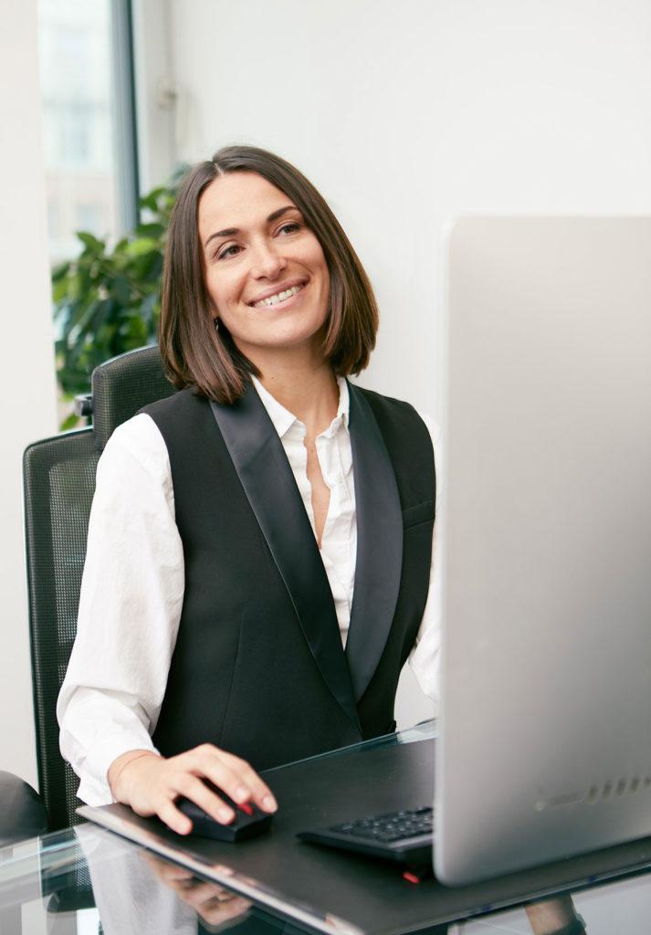 Mitarbeiterin Portrait am Arbeitsplatz